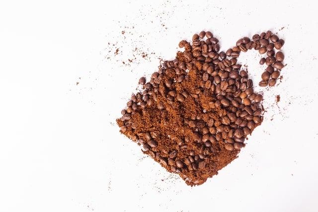 コーヒー豆と粉で描いたコーヒーカップ