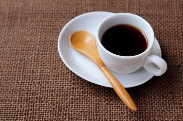 コーヒーと木のスプーン