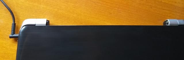 バッテリーを外したノートパソコン