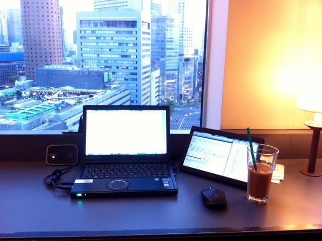 ノートパソコンとシティホテル