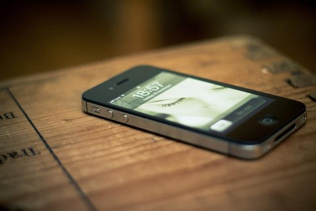 机の上にスマートフォン
