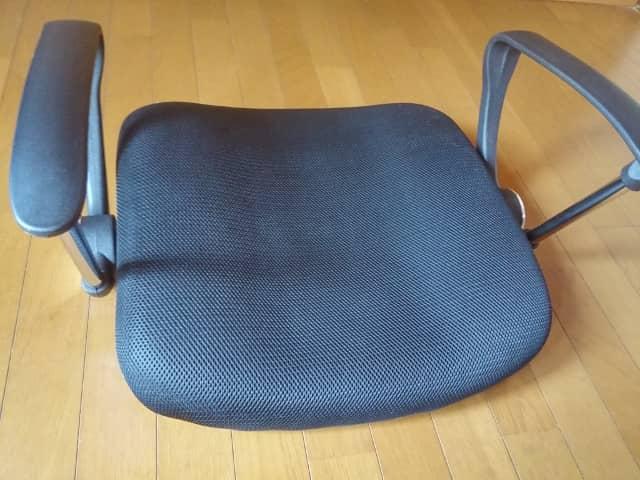 座部にアームレストを取り付け オフィスチェアの組み立て