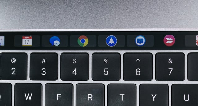 ノートパソコンキーボードとアプリロゴ