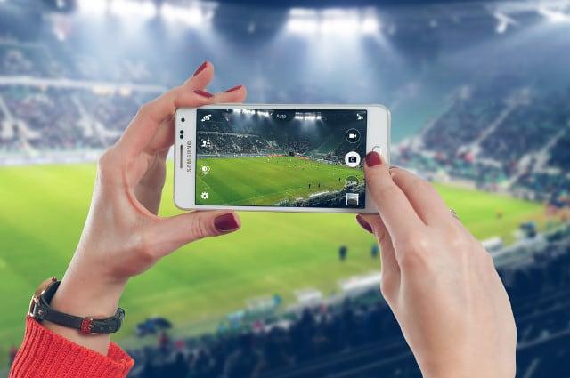 サッカー観戦の様子をスマホ撮影