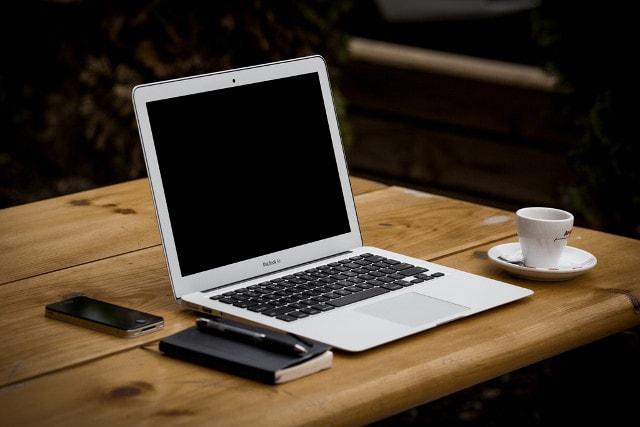 机の上に置かれたノートパソコン