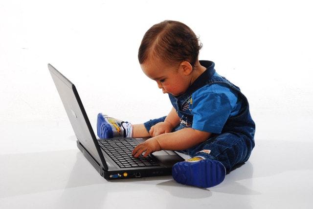 パソコンを操作する赤ちゃん