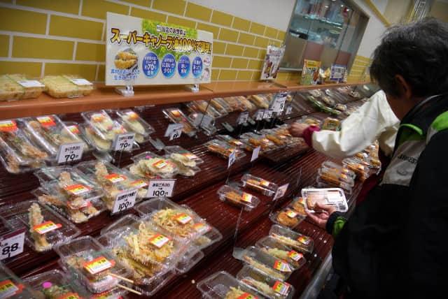 スーパーのお惣菜売り場 半額シール